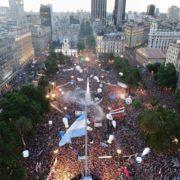 Asumió Alberto: se vivió una gran fiesta popular en la Plaza