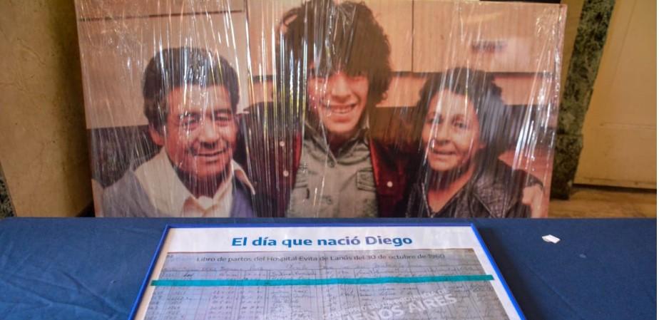 """""""Acá nació"""": el libro de partos y mucha emoción en el homenaje a Diego Maradona en el hospital Evita de Lanús"""