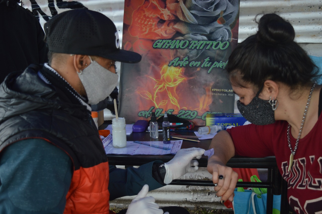 Tatuajes solidarios: realizaron tatuajes para recaudar donaciones para un comedor