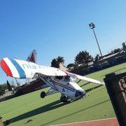 """Mirá el video: así fue el momento del peligroso aterrizaje de emergencia del avión """"El Pájaro"""" en la cancha de hockey del Club Pucará"""
