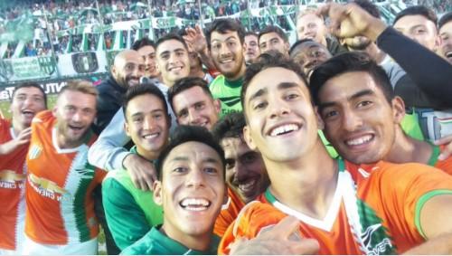 Emanuel Cecchini y sus compañeros celebran el triunfo en el Clásico ante Lanús.
