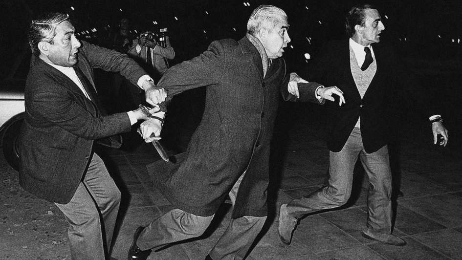 El represor Menéndez, cuchillo en mano. (Enrique Rosito/DyN)