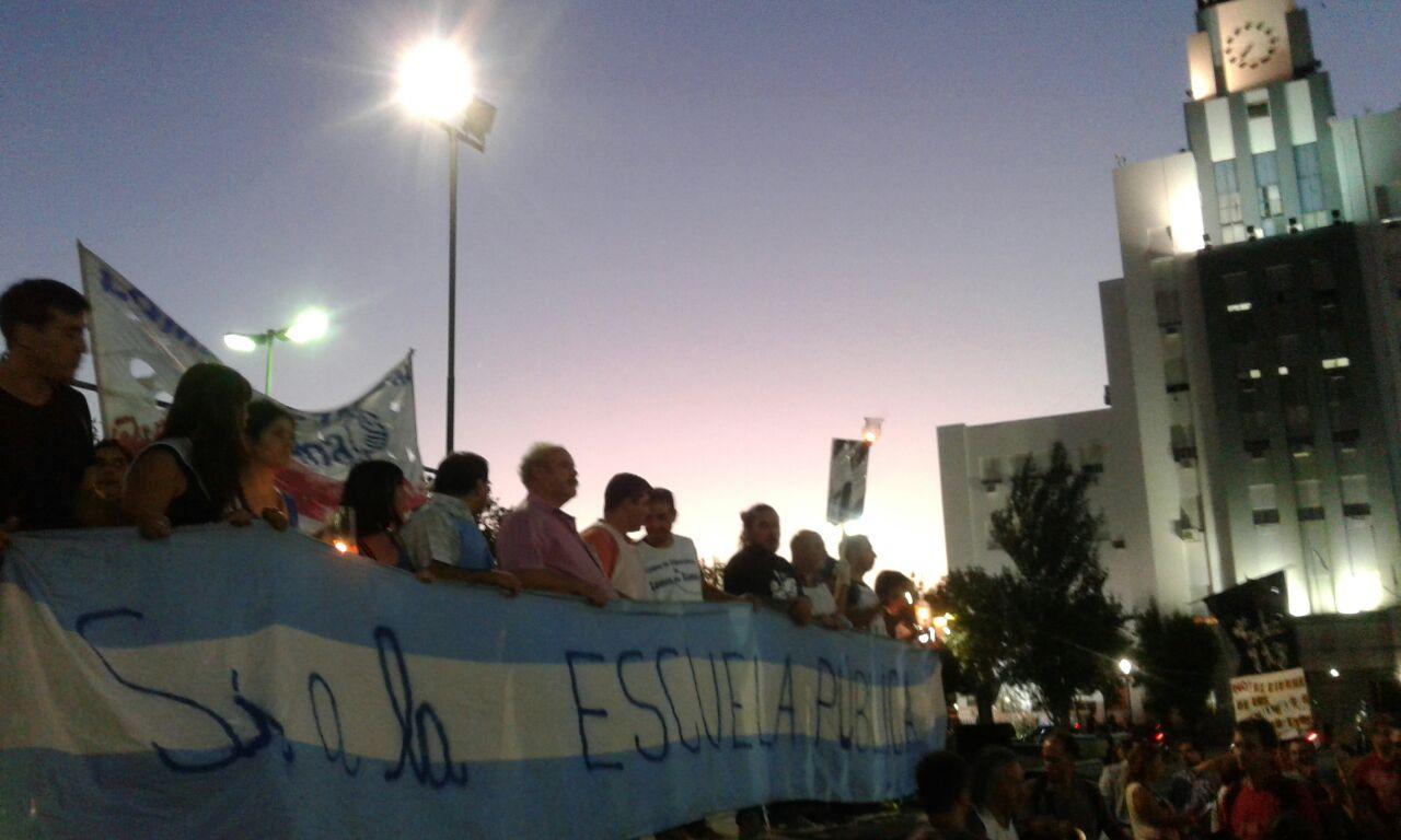 """Los docentes de Lomas reclamaron: """"Dejen de matar a la educación"""""""