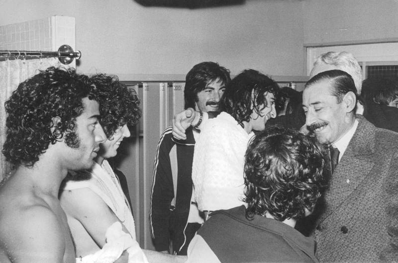 El dictador Videla, en el vestuario de la Selección.