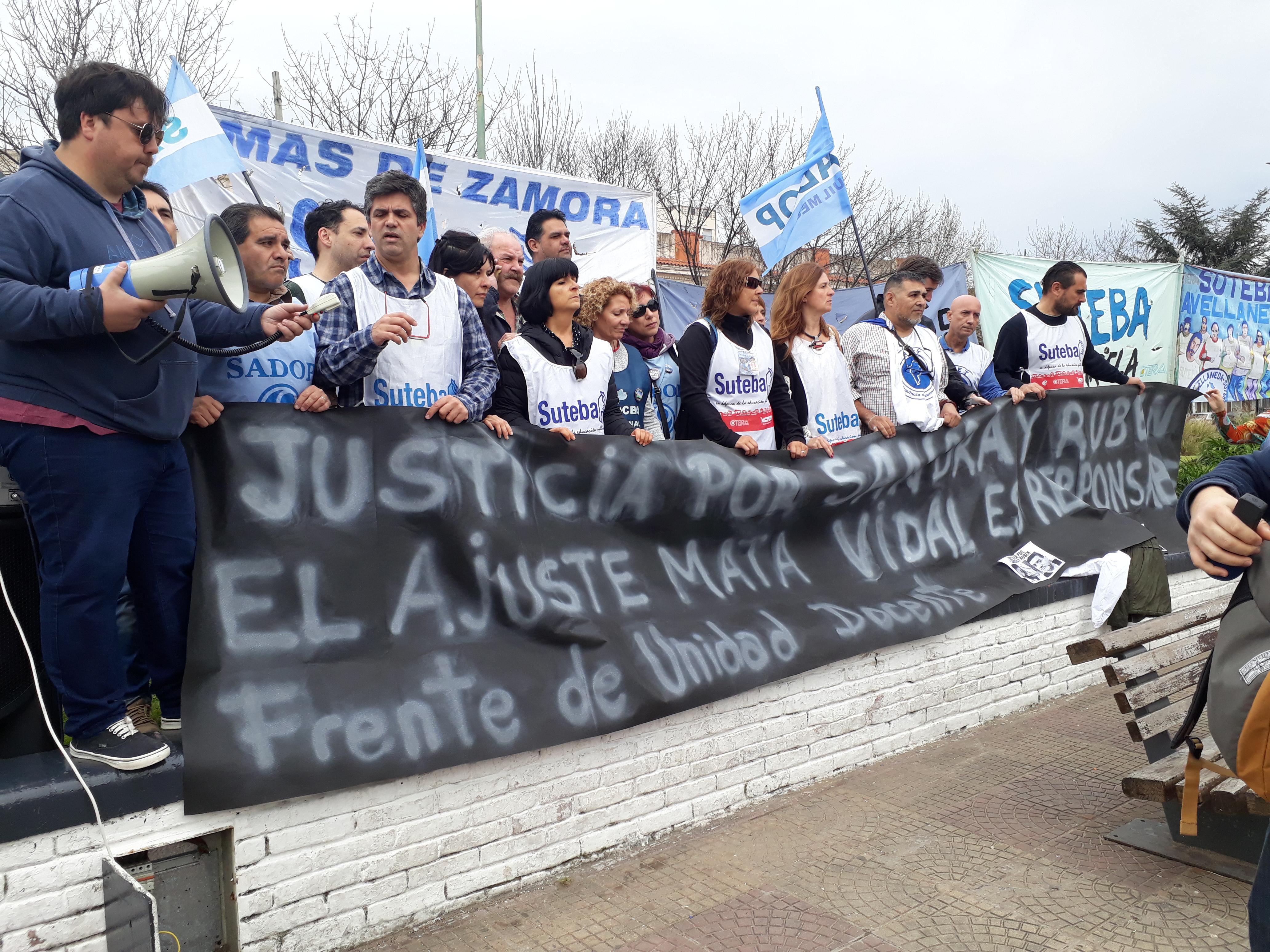 Acto de docentes de Lomas contra el ajuste en educación y por Sandra y Rubén