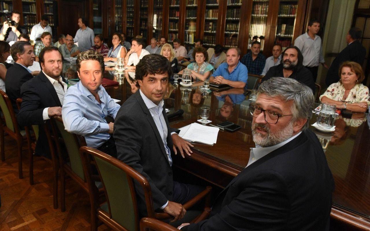 Tras el polémico decreto, el gobierno bonaerense recibe a los gremios para discutir salarios