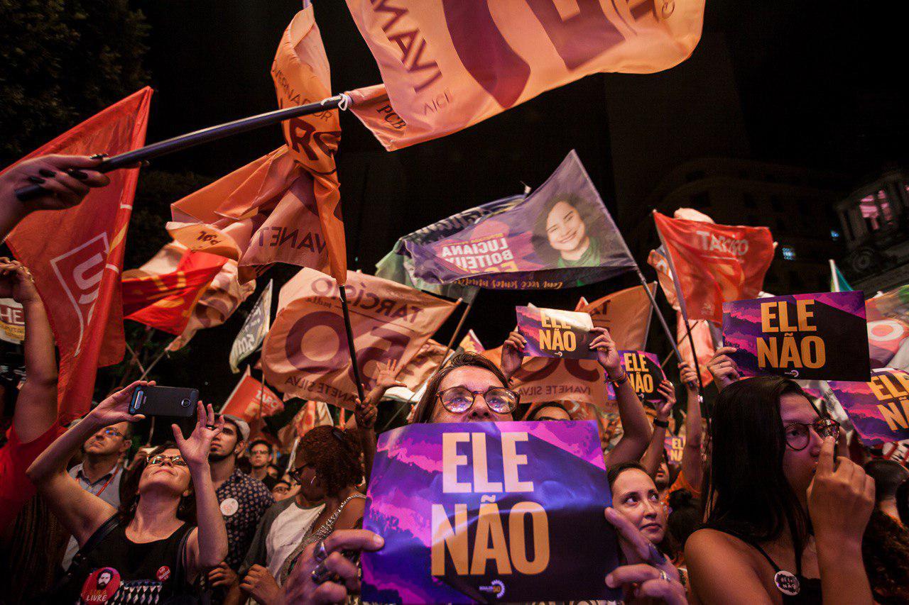 una-mujer-sostiene-un-cartel-de-elenao-en-un-acto-de-guilherme-boulos.jpg