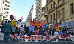 Organizaciones de infancia marcharon para reclamar fondos adeudados