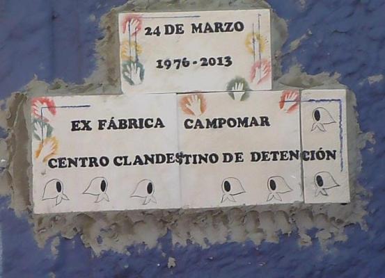 Una placa que evoca el pasado de la ex Campomar